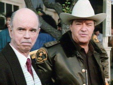 Lo sceriffo Mort Metzger (Ron Masak) accanto al proprietario della libreria Ellis Holgate (Graham Jarvis)